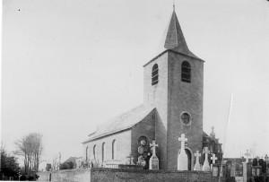 1- L'église entourée de son cimetière (avant 1951)