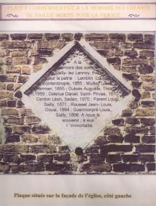 1 La plaque est apposée sur le mur de l'église